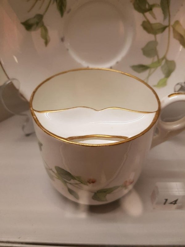 Старая чашка, которая позволяет оставлять усы сухими