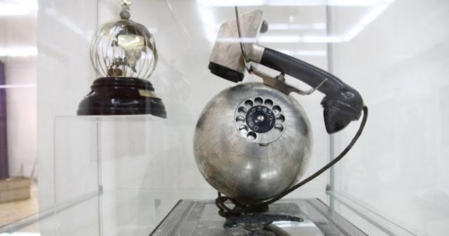 Телефон в форме земного шара, который был подарен Сталину в 1949 году на его 70-летие