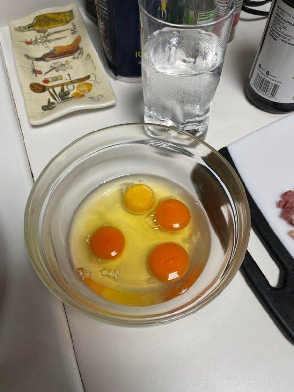 Разница в цвете яиц с нашей местной фермы и яиц из продуктового магазина