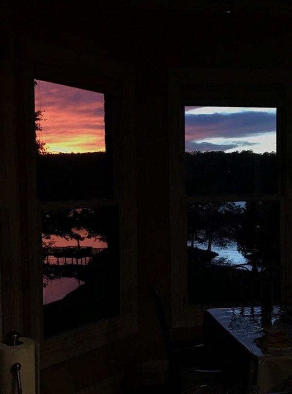 Зачем вешать на стены картины, если есть красивые закаты?