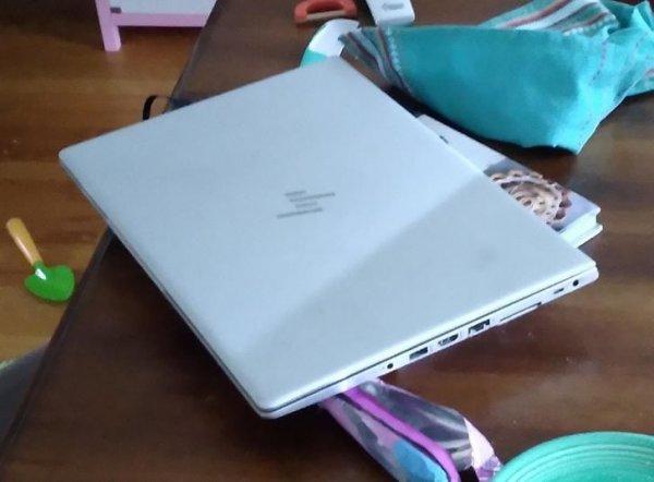 Испугался, что кто-то сломал мой ноутбук, пока не понял, что это просто тень!