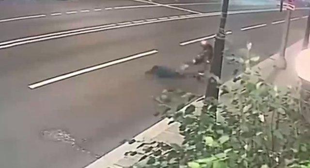 В Москве 22-летний грабитель напал на 77-летнюю женщину, но та смогла дать отпор - преступник задерж