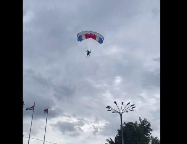 В Сухуми парашютист приземлился прямо на голову мужчины