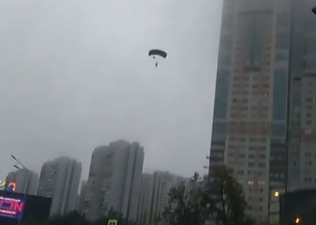 Московским парашютистам пришлось приземляться прямо на проезжую часть