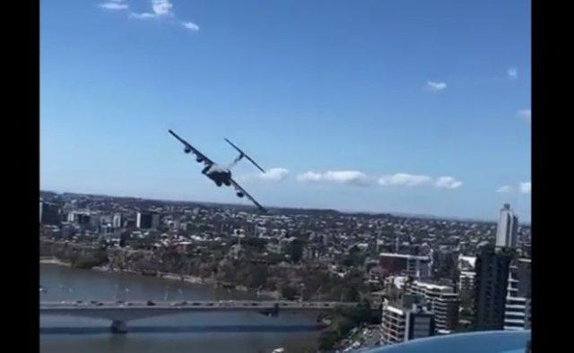 Красивые кадры: низкий полет военного C-17A Globemaster III над Брисбеном