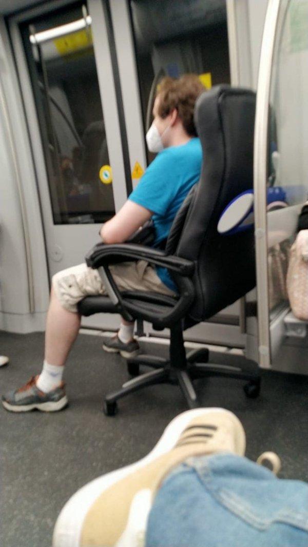 С собственным креслом в метро всегда можно занять место у окошка