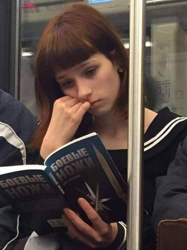 В тёмном переулке к это девушке подходить не стоит
