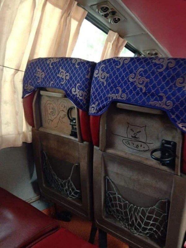 Под обшивкой сиденья старого советского автобуса были обнаружены наскальные рисунки времен позднего СССР