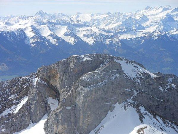 Всего в стране находятся 437 горных вершин выше 3 000 м