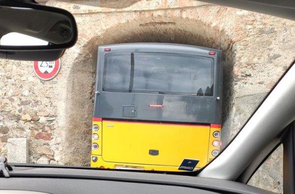 А еще в Швейцарии большое количество тоннелей. Очень узких тоннелей.