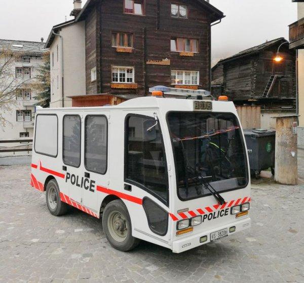 Полицейская машина в деревне Церматт. Она, к слову, ездит на электричестве, так как передвижение на обычных автомобилях в Церматте запрещено