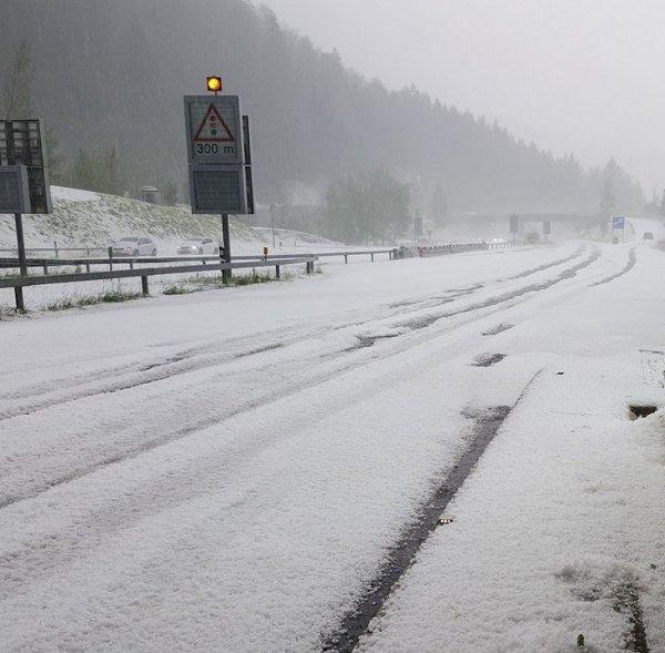 Летом вполне может пойти снег. И на фото показан не горный перевал, а загородная дорога