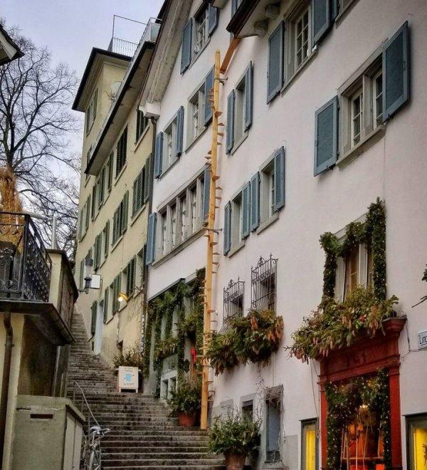 На стенах многих зданий можно встретить вот такие сооружения, похожие на маленькие лестницы