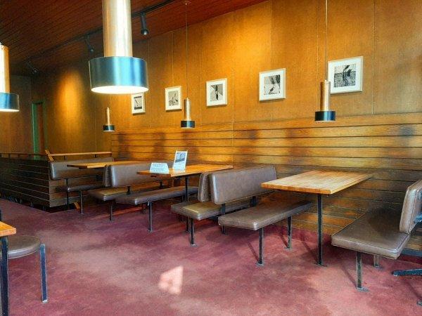 По стенам этой старой кофейни можно сразу определить, как тут обычно сидят посетители