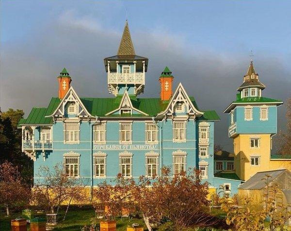 Отреставрированное здание 1906 года в Вырице