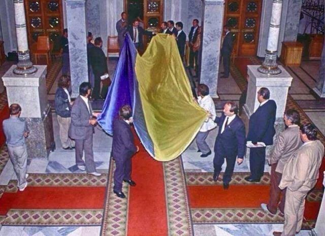 1991 года Верховный Совет УССР принимает Акт о провозглашении независимости Украины и вносит в зал заседания исторический желто-голубой флаг.
