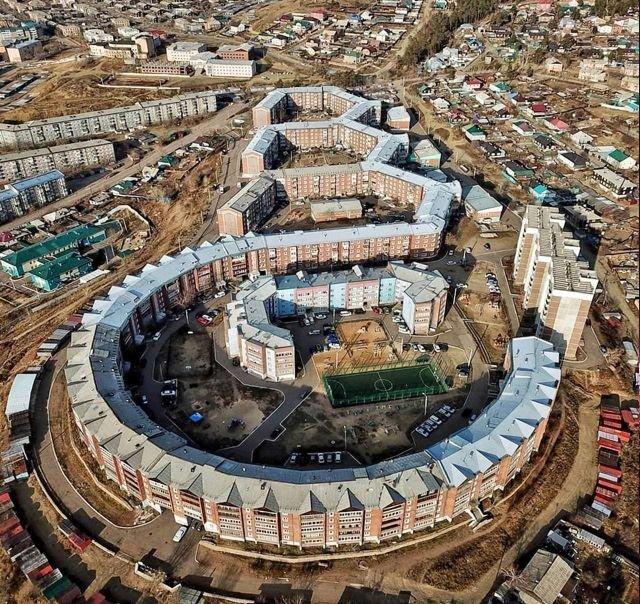 Пентагон — самая длинная пятиэтажка в России. Построена в 1993 году, Улан-Удэ.