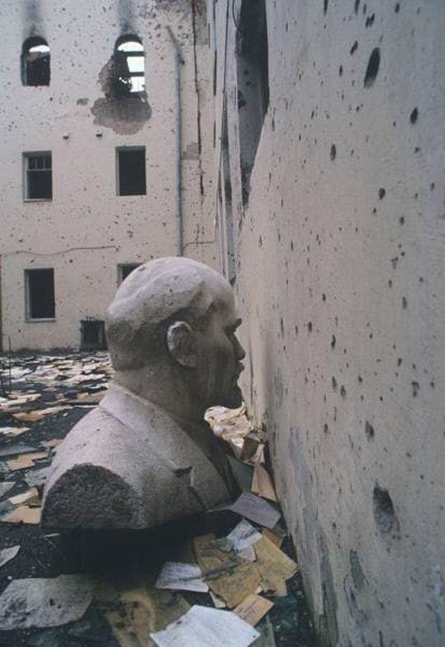 Ленин в разрушенном Грозном, сентябрь 1996.