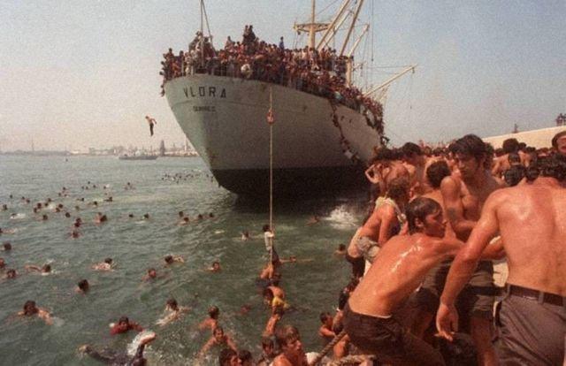 Албанские беженцы прибывают в итальянский порт Бари после падения коммунистического режима в их стране, 1991 год.