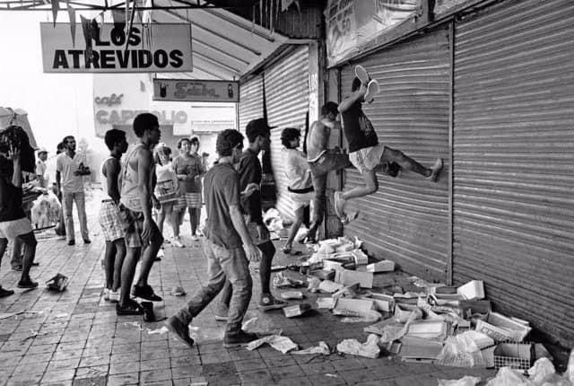 Грабители нападают на магазин в коммерческом районе калидонии, в Панама-сити, во время вторжения США в Панаму, 20 декабря 1989 года.