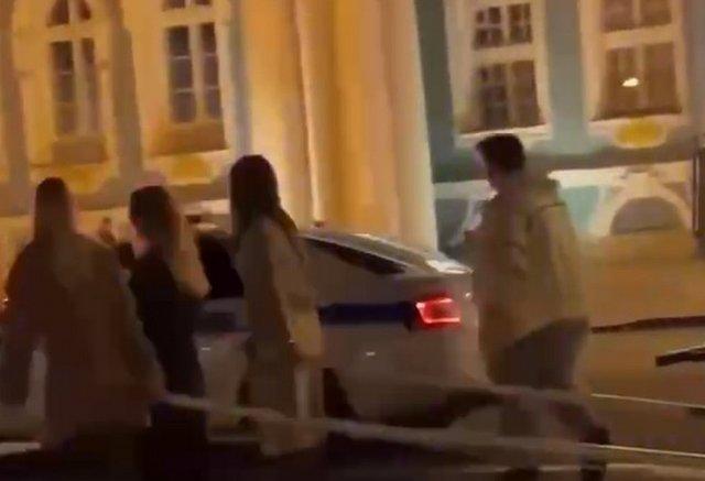 Рэпер IAMMIND запряг девушек в карету и проехался по центру Петербурга