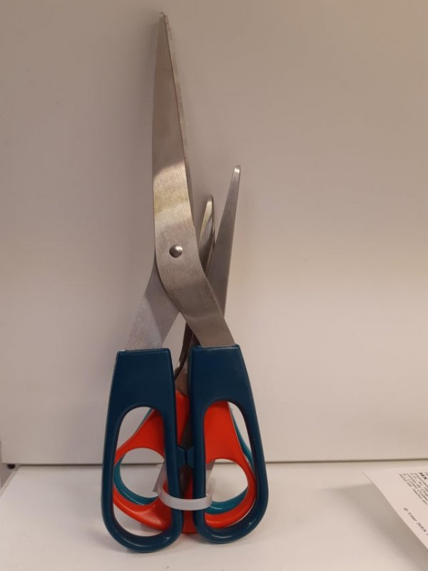 Для того, чтобы распаковать ножницы, нужны ножницы