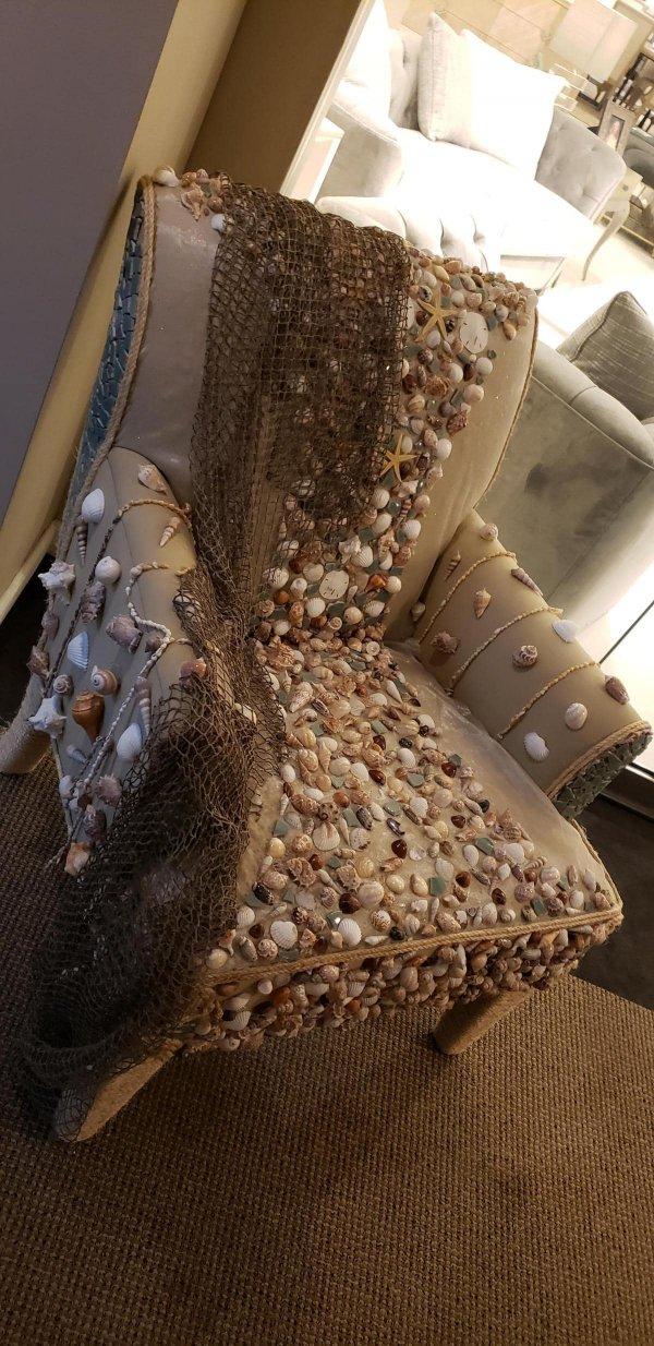 Кресло с ракушками, на котором невозможно сидеть