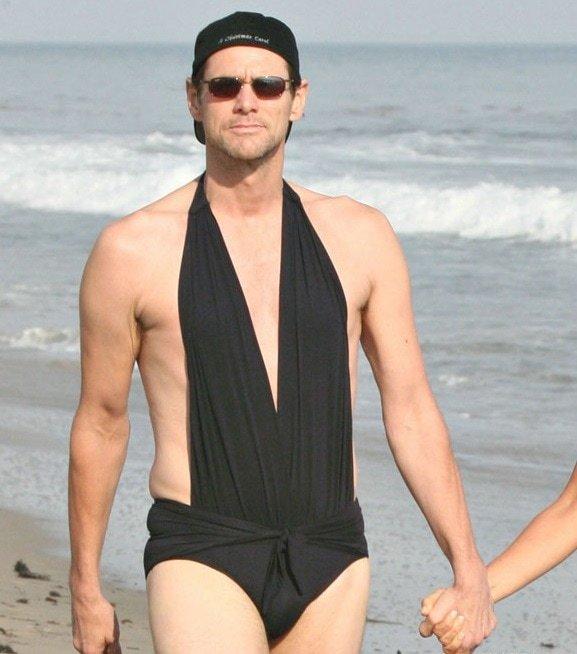 Комик Джим Керри переоделся в купальник своей девушки, когда увидел рядом папарацци