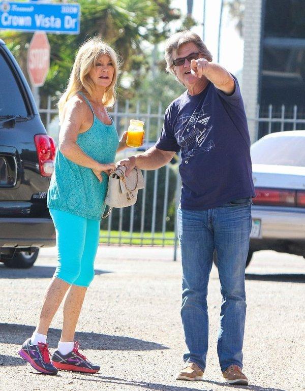 Актёры Курт Рассел и Голди Хоун, кажется, вниманию фотографов даже рады