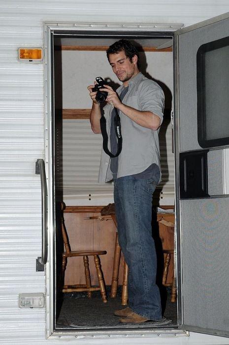 Актёр Генри Кавилл фотографирует тех, кто фотографирует его