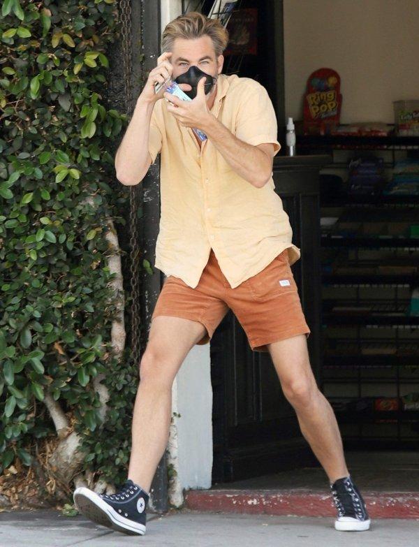 Актёр Крис Пайн сам не против сфотографировать папарацци