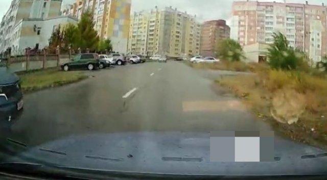 Автоледи врезалась в машину и не заметила этого