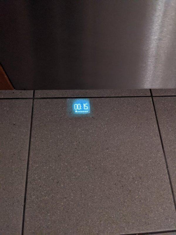 Моя посудомоечная машина проецирует на полу время до окончания работы
