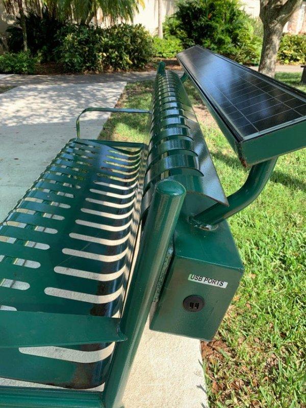 Скамейка на солнечных батарейках с возможностью зарядить свои гаджеты