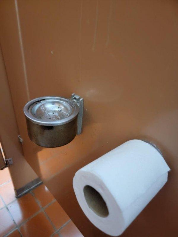 В кабинках мужского туалета есть пепельницы