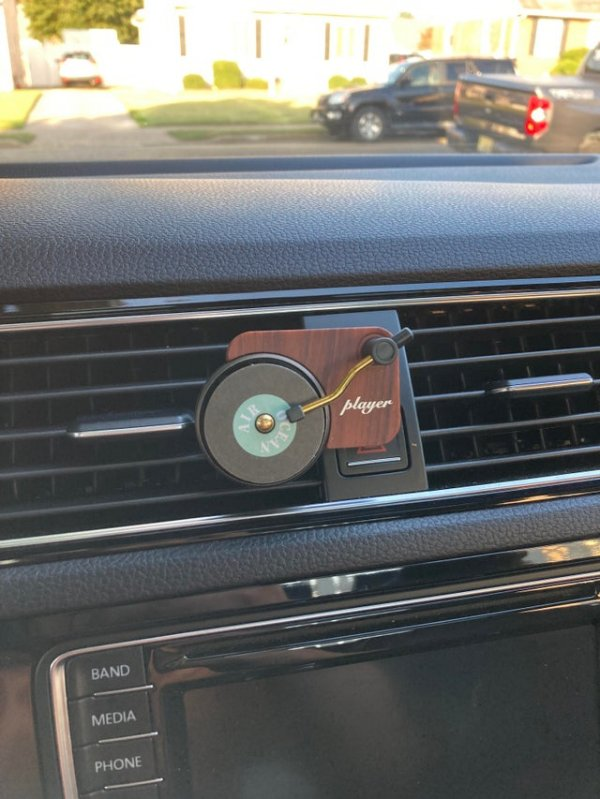 Это просто освежитель воздуха, который «крутит пластинку», когда я включаю кондиционер