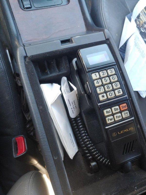 В лексусе моего дедушки есть встроенный телефон
