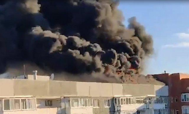 В Тюмени горит крыша жилого дома