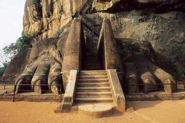 Остатки фигуры льва, чья пасть служила входом в крепость Сигирия на Шрин-Ланке