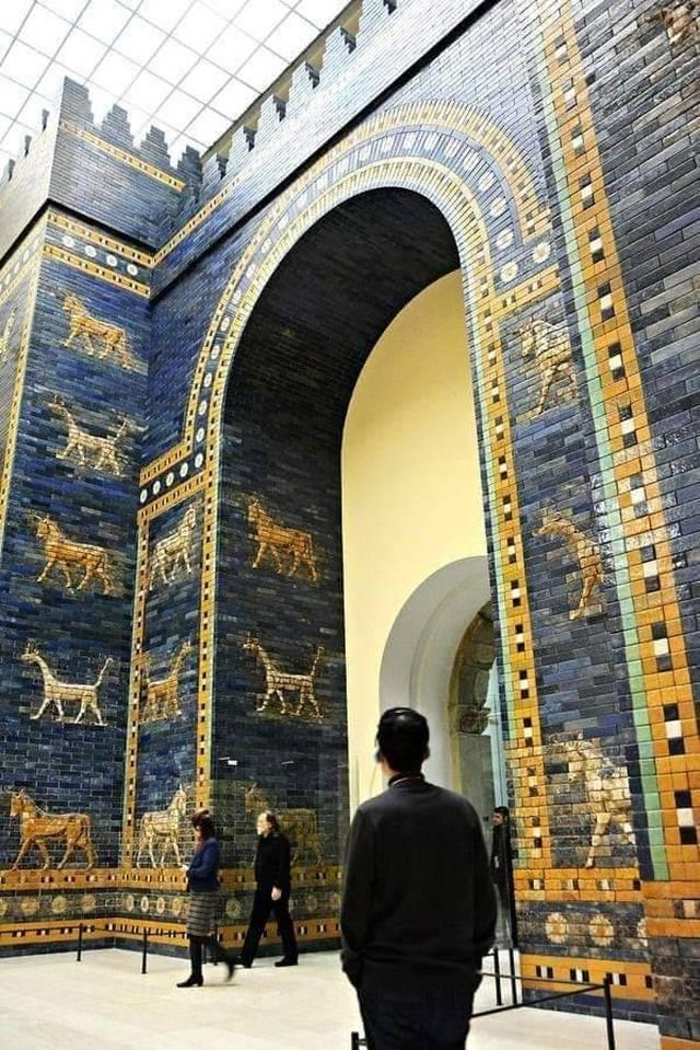 Ворота Иштар —  восьмые ворота стен Вавилона, построены по приказу царя Навуходоносора II в 575 году