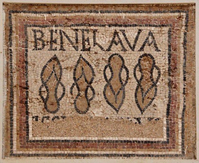 Мозаика с пожеланием хорошего мытья. Обнаружена перед входом в бани в древнеримском Тимгаде