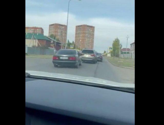 Два не очень умных водителя на BMW и Mercedes устроили разборки на дороге - проиграл Mercedes