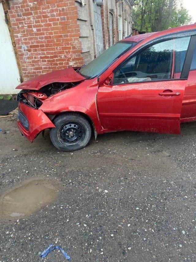 В Перми пьяная автоледи врезалась в здание и уснула в машине