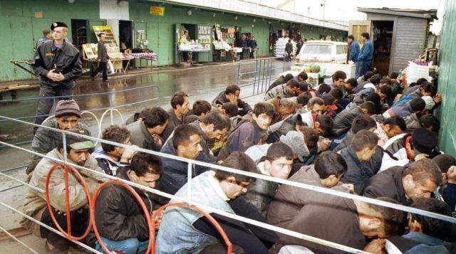 Проверка документов у торговцев на рынке в рамках масштабной милицейской операции после взрывов в жилых домах в Москве. 14 сентября 1999 года