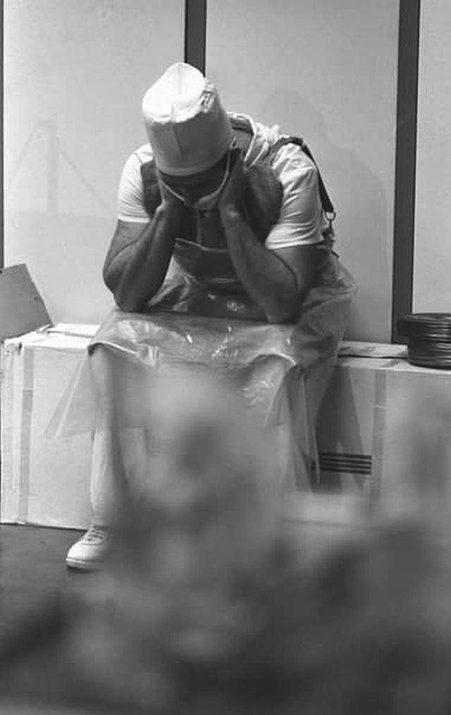 Хирург киевской больницы сидит в свинцовом фартуке, после операции на сердце, которую сделал ликвидатору аварии на Чернобыльской АЭС, 1990 год.