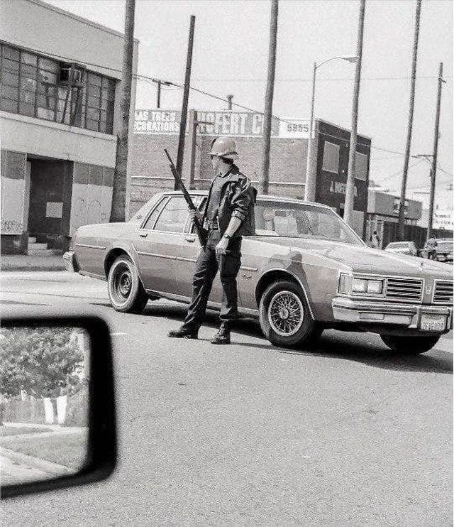 Пожарный округ Лос-Анджелеса на импровизированной баррикаде, во время беспорядков в апреле 1992 года.