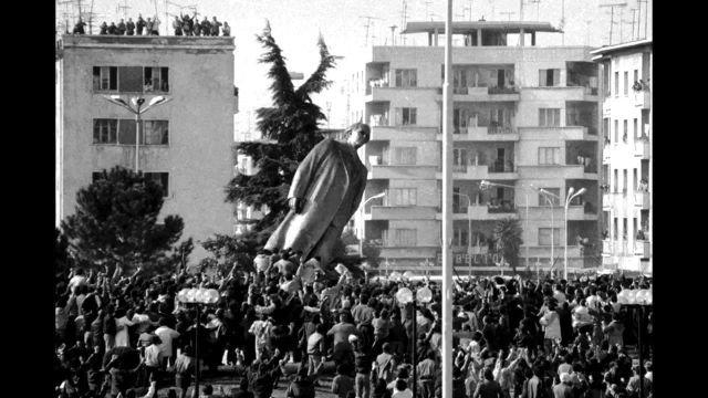 Снос памятника Энверу Ходжи – Народному Герою Албании.