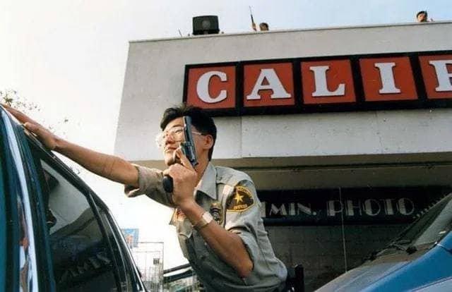Охранник готовится защищать корейский магазин во время беспорядков в Лос-Анджелесе, 1992 г.