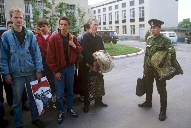 Новобранцы в джинсе у призывного пункта, Россия, 1995 год. Ну и куда же без пакета с Мальборо