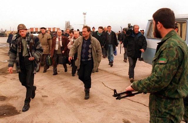 Наблюдатели из ОБСЕ прибывают в Грозный, чтобы следить за выборами президента. 25 января 1997 года.